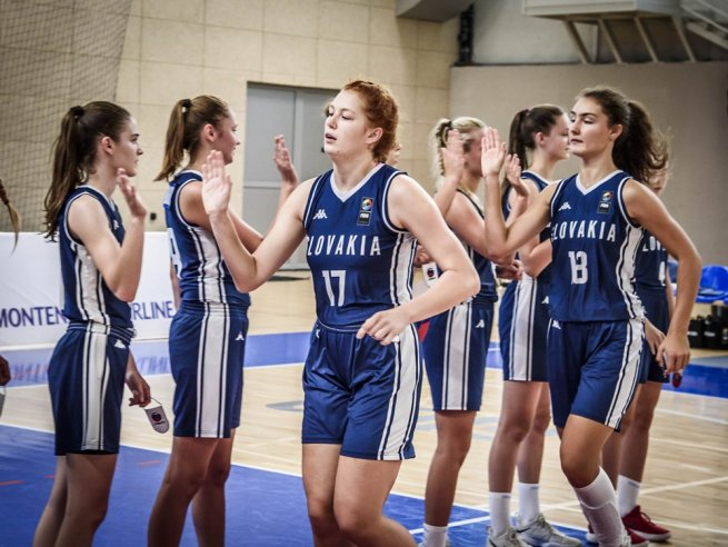 Slovinsko U16 – Slovensko U16, High Five (Foto: fiba.basketball)