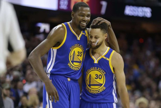 Kevin Durant (35) a Stephen Curry (30), GS Warriors (NBA, USA) (Foto: SITA/AP)